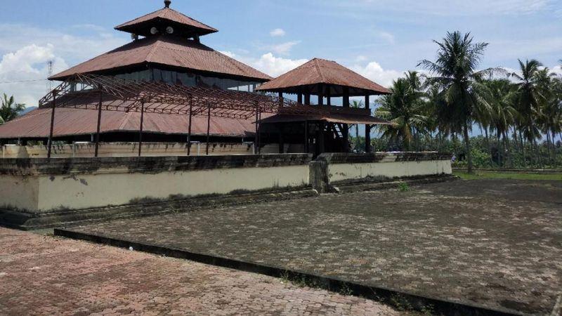 Dibangun di atas reruntuhan candi Hindu, ini salah satu masjid tertua di Nusantara. Namanya Masjid Tuha Indrapuri (Agus Setyadi/detikTravel)