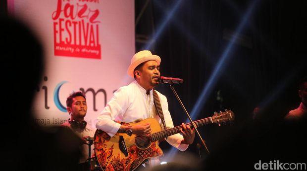 Penampilan Glenn Fredly di Ramadan Jazz Festival 2017.