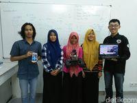 Lima mahasiswa yang terlibat dalam pembuatan RoPo: Bima Sakti, Syadza Sausan, Achmi Yuliani, Intan Permatasari, dan Hendrik Leo