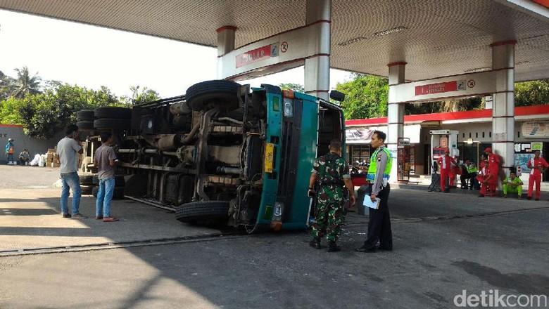 ruk tronton terguling dan menabrak SPBU Kenteng di Boyolali, Jawa Tengah akibat mengalami rem blong. Foto: Ragil Ajiyanto/detikcom