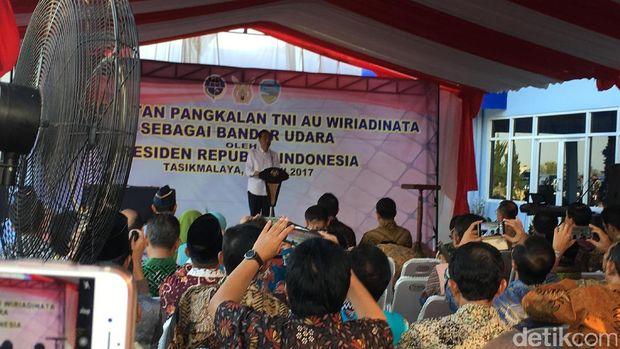 Jokowi saat meresmikan bandara di Tasikmalaya.