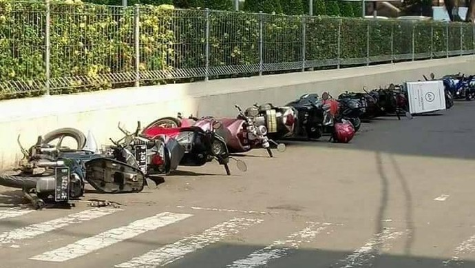 Menurut informasi dari warganet, motor-motor itu dipaksa rebahan gara-gara parkir sembarangan. Foto: Istimewa