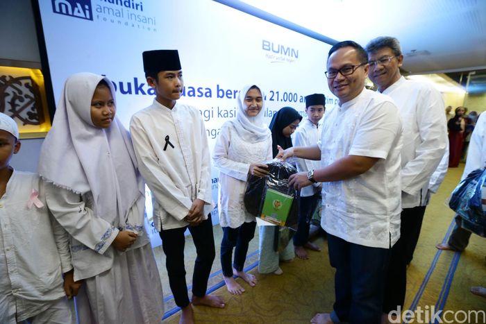 Bank Mandiri menyerahkan bantuan secara simbolis di Masjid An-Nur, Plaza Mandiri Jakarta, Minggu (11/6/2017).
