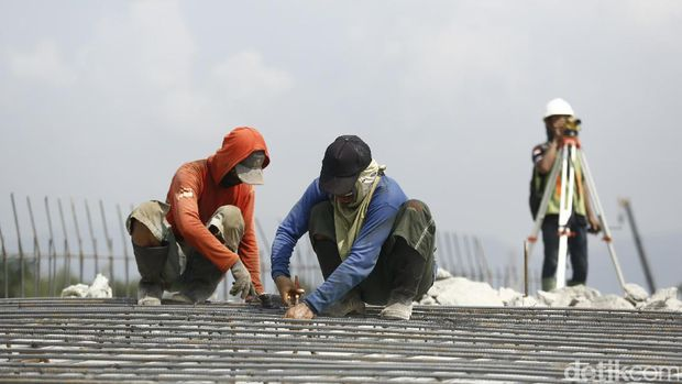Pekerja melakukan proses pembangunan fly over Kesambi Prupuk, Senin (12/6/2017)