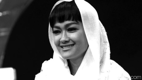 Memori Indah Julia Perez Dan Senyum Khasnya