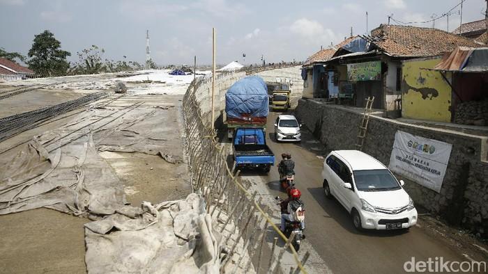 Pekerja melakukan proses pembangunan flyover Kesambi Prupuk, Senin (12/6/2017). Foto: Agung Pambudhy/detikcom