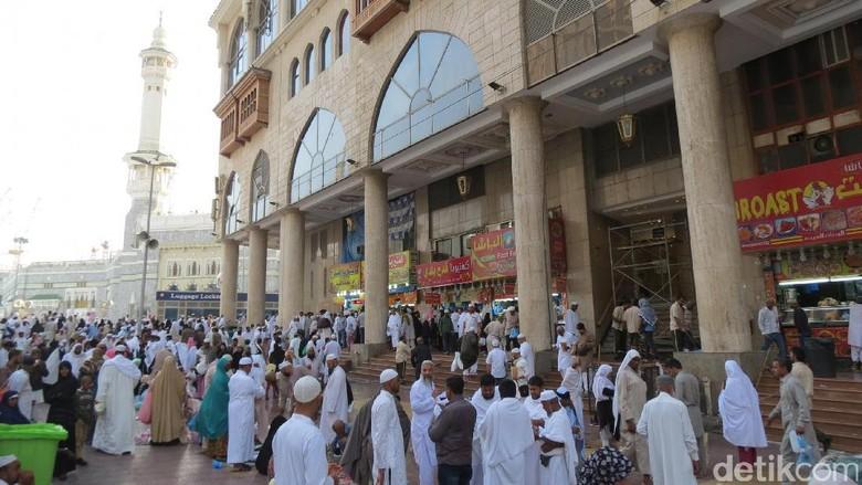 Sarapan di depan Masjidil Haram (Fitraya/detikTravel)