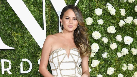 So Sweet! Saat Chrissy Teigen Ikut Abadikan John Legend