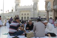 Sarapan bersama di depan Masjidil Haram (Fitraya/detikTravel)