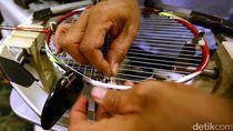 Mengintip Bengkel Reparasi Raket Badminton