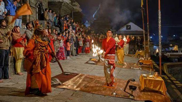 Pendeta sedang memimpin ritual Pashupatinath Bagmati Aarati (welcomenepal.com)