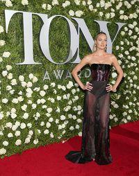 Belum Lama Melahirkan, Candice Swanepoel Seksi Bergaun Menerawang