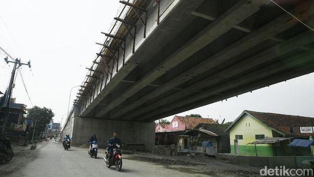 Pekerja melakukan proses finalisasi pembangunan Fly Over Dermoleng, Ketanggungan, Jawa Tengah, Senin (12/6/2017).
