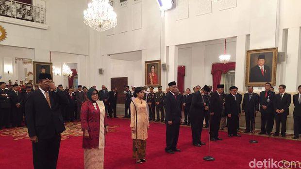Presiden Joko Widodo melantik pejabat Dewan Kehormatan Penyelenggara Pemilu (DKPP) periode 2017-2022 di Istana, Senin (12/6/2017)