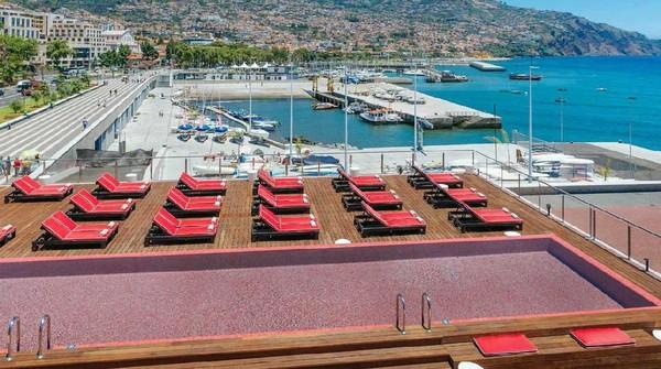 Kolam renang di bagian rooftop Pestana CR7 Hotel. Bisa melihat lautan biru luas, pegunungan dan kapal-kapal yacht yang berlalu-lalang (Pestana CR7 Hotel)