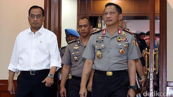 Kapolri Jenderal Tito Karnivian menggelar rapat koordinasi kesiapan akhir tingkat pusat Operasi Ramadniya 2017 dalam rangka pengamanan Idul Fitri 1438 H di Mabes Polri, Jakarta, Senin (12/6/2017). (Rengga Sancaya/detikcom)