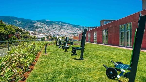 Berbagai fasiltas di sana seperti restoran, bar, gym hingga tempat suana dan spa. Bahkan di halaman hotelnya terdapat beberapa alat gym. Wajar saja, Ronaldo memang terkenal dengan tubuh yang atletis (Pestana CR7 Hotel)
