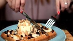Sarapan tetap harus dilakukan saat diet untuk menjaga asupan energi dan nutrisi. Namun ada baiknya menghindari 8 menu ini karena kalorinya terlalu tinggi.