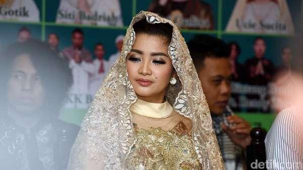 Cetarnya Fitri Karlina dengan Hijab Emas