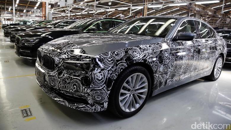 BMW Seri 5 masih dikamuflase (Foto: Rachman Haryanto)