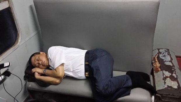 Ignatius Jonan Saat Tidur di Gerbong Kereta