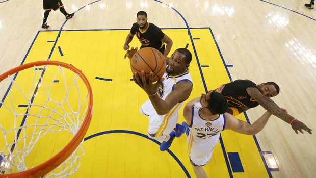 Pemain Golden State Warriors Kevin Durant mencetak 39 poin di gim kelima Final NBA 2017