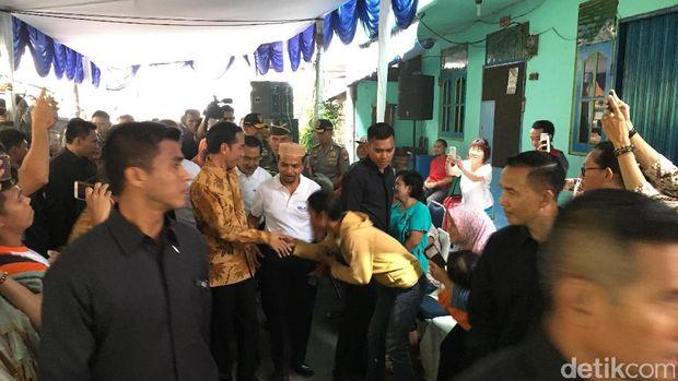 Jokowi Bagi-bagi Sembako ke Warga Rawa Bebek