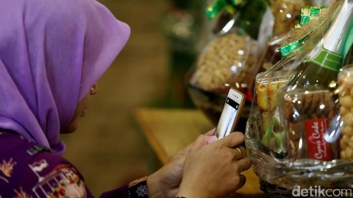 Balai Besar Pengawasan Obat dan Makanan (BPOM) DKI Jakarta memantau peredaran parcel Lebaran di Cikini, Jakarta Pusat, Selasa (13/6/2017).