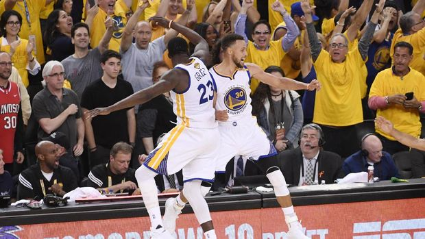 Pemain Golden State Warriors Draymond Green dan Steph Curry.