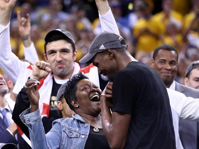 Pebasket Golden State Warriors Kevin Durant dan ibunya (Foto: Ezra Shaw/Getty Images)