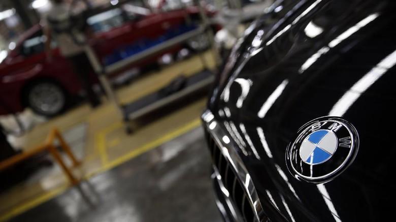 Logo BMW di mobil Seri 5 (Foto: Rachman Haryanto)