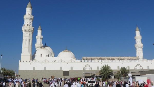 Dari berbagai catatan sejarah, Masjid Quba dibangun oleh Nabi Muhammad kala dirinya sedang hijrah dari Makkah ke Madinah di tahun pertama Hijriah (Fitraya/detikTravel)