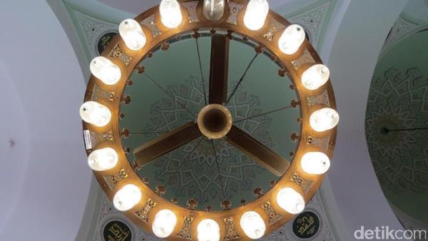 Langit-langit Masjid Quba. Ada sebuah hadits Nabi yang menyebutkan berwudhu di rumah dan lalu salat 2 rakaat di Masjid Quba, maka pahalanya setara satu kali ibadah umroh (Fitraya/detikTravel)