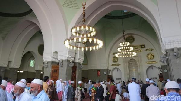 Suasana di dalam Masjid Quba. Dahulu, Nabi Muhammad selalu mengunjungi Masjid Quba setiap hari Sabtu setelah tinggal di Madinah (Fitraya/detikTravel)