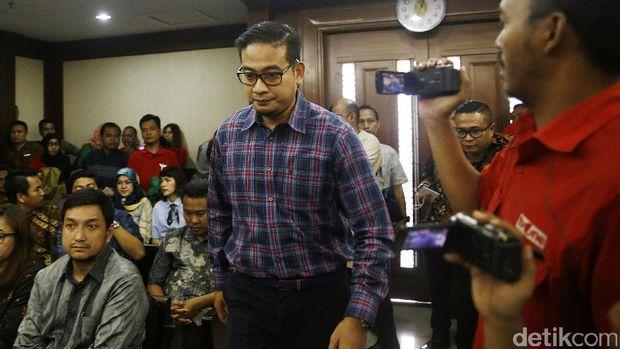 AKBP Raden Brotoseno divonis hukuman pidana 5 tahun penjara dan denda Rp 300 juta subsider 3 bulan kurungan di Pengadilan Tipikor, Jakarta Pusat, Kamis (14/6/2017). Brotoseno disebut terbukti bersalah menerima suap.