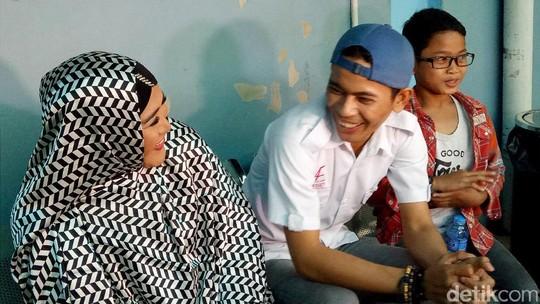 Senyum Bahagia Aris Eks Idol Bersama Keluarganya