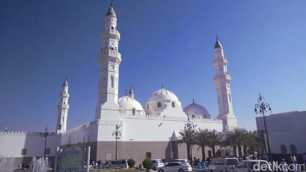 Saat berkunjung ke Madinah, ada satu masjid yang sering disinggahi jamaah haji dan umroh. Inilah Masjid Quba yang beralamat di Al Hijrah Road, jaraknya hanya 5 km sebelah selatan Masjid Nabawi di Madinah (Fitraya/detikTravel)