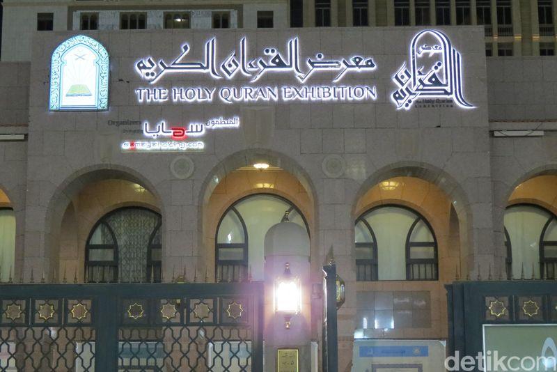 Kalau sedang berada di sekitar Masjid Nabawi, sempatkan mampir ke Museum Al Quran Madinah di sisi selatan Masjid Nabawi. Nama resminya adalah The Holy Quran Exhibition (Fitraya/detikTravel)