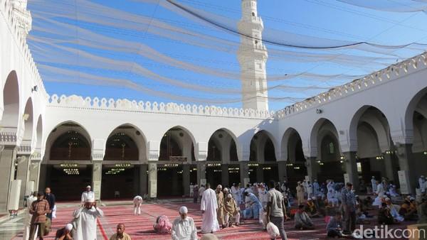 Ukurannya 5.860 m2 dengan kapasitas 20 ribu jamaah. Masjid Quba juga punya area terbuka di tengah masjid tanpa atap (Fitraya/detikTravel)