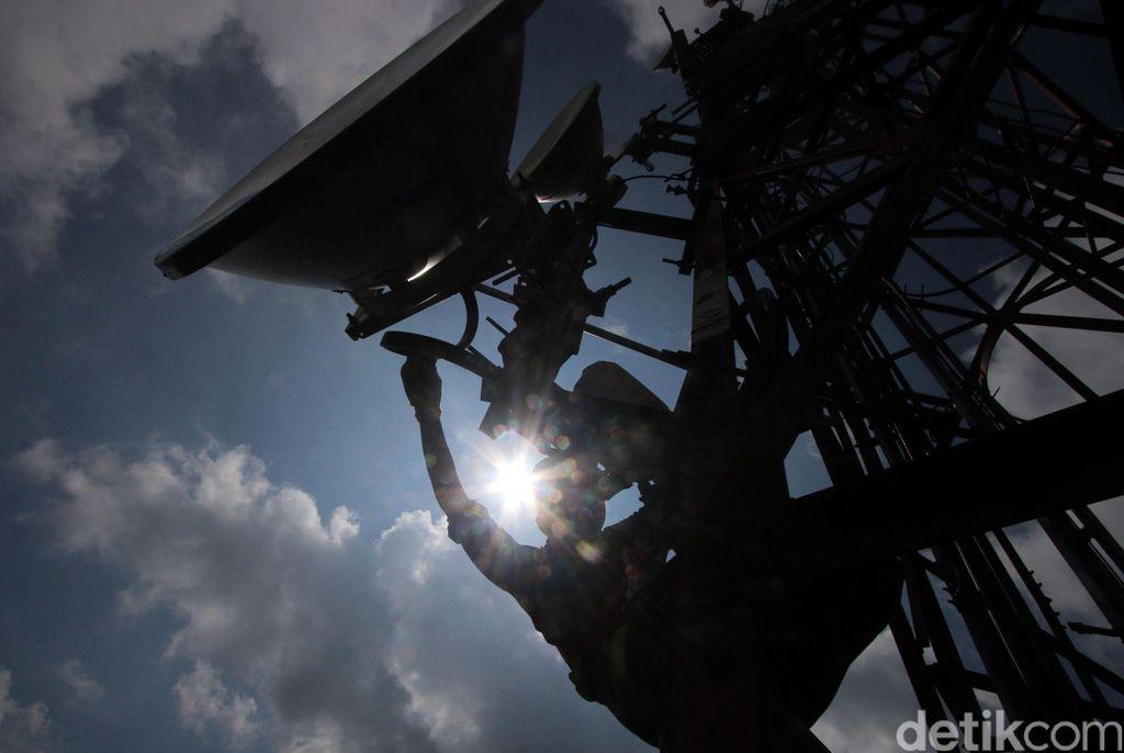 Petugas teknisi XL memeriksa perangkat jaringan BTS 4G di kawasan Puncak, Bogor, Jawa Barat, Rabu (14/6).