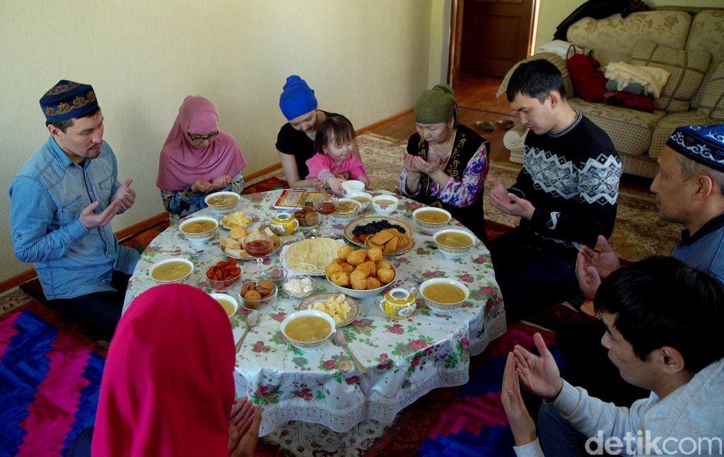 Warga Kazakhstan dikenal senang menerima tamu. Tradisi tersebut disebut konakasy.