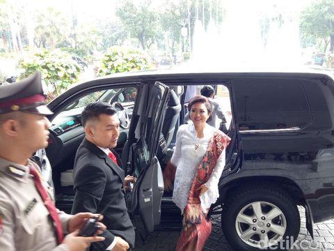 Happy Djarot Cantik Berkebaya Putih saat Pelantikan Gubernur DKI