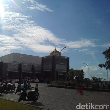 Masjid Namira Lamongan tampak dari depan