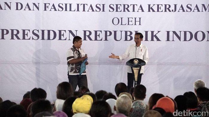 Foto: Jokowi bagikan sertifikat tanah (Arbi-detikcom)