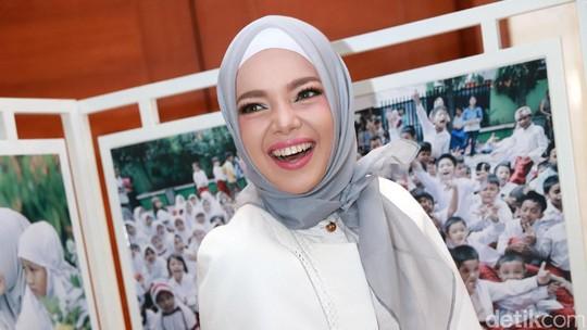 Subhanallah, Cantiknya Dewi Sandra Bikin Adem