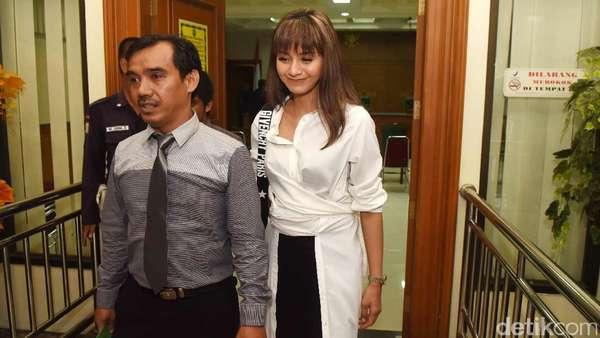Senyum Tegar Kirana Larasati Usai Sidang Perceraiannya