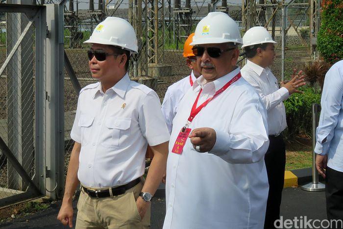Menteri ESDM Ignasius Jonan didampingi Direktur Utama PLN Sofyan Basir pagi ini ke Pusat Pengatur Beban (P2B) Gandul, Jakarta Selatan, untuk mengecek kesiapan pasokan listrik menjelang Lebaran. P2B Gandul adalah pusat pengendalian beban kelistrikan di seluruh Sistem Jawa-Bali.