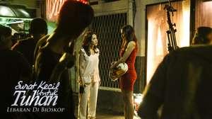Sexy in Red! Lihat Aura Kasih Makin Semangat di Pagi Hari