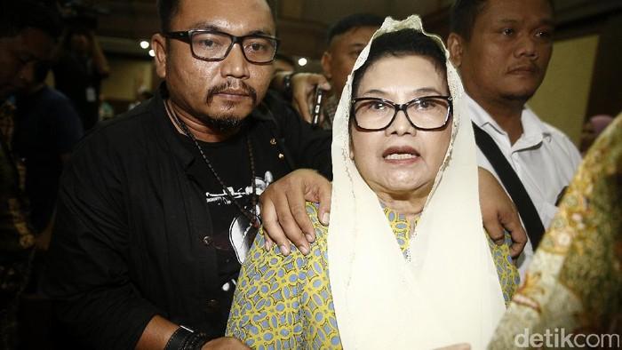 Eks Menkes Siti Fadilah Divonis 4 Tahun Penjara   Eks Menteri Kesehatan (Menkes) Siti Fadilah menjalani sidang pembacaan putusan di Pengadilan Tipikor, Jakarta, Jumat (16/6/2017). Hakim memutuskan Siti terbukti bersalah melakukan tindak pidana korupsi dalam pengadaan alat kesehatan tahun 2005 dan menerima duit gratifikasi. Siti divonis 4 tahun penjara, denda Rp 200 juta, subsider 2 bulan kurungan. Agung Pambudhy/Detikcom.