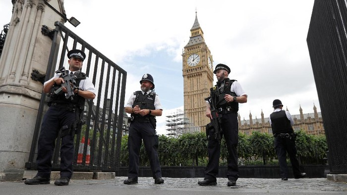Armed police officers secure the Carriage Gate entrance as they stand outside the Palace of Westminster, in central London, Britain  June 16, 2017.  REUTERS/Peter Nicholls